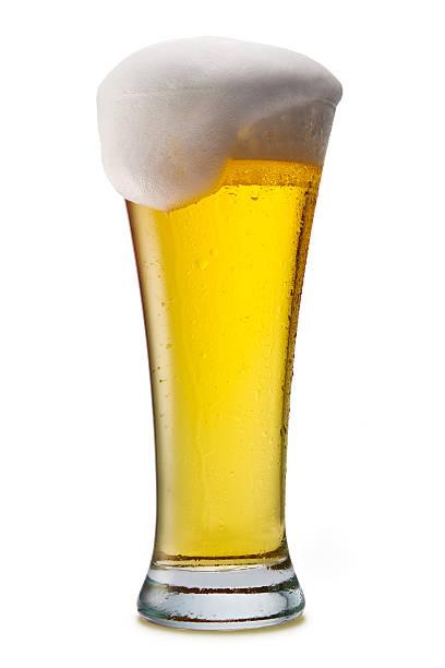 Bier in ein Glas isoliert auf weiss – Foto