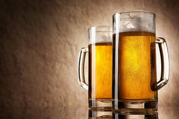 Bier in Glas auf einem alten Stein – Foto