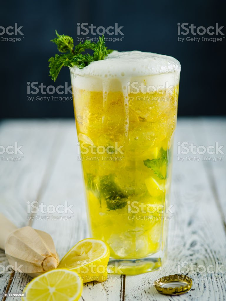 Beer lemonade with mint and slice of lemon. стоковое фото