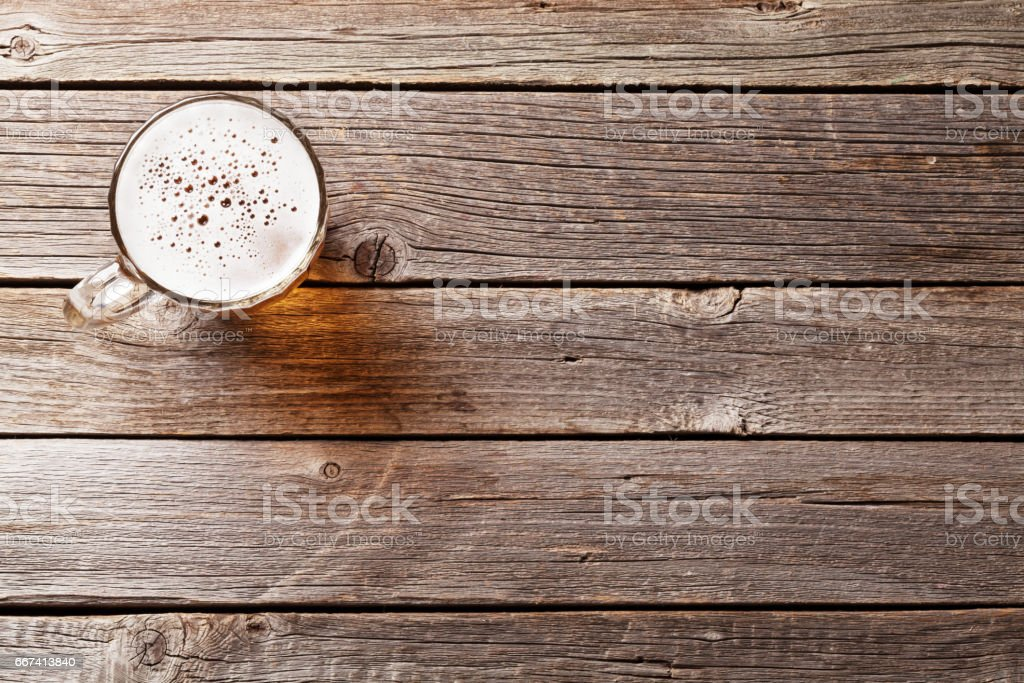 Beer mug on wooden table - foto stock