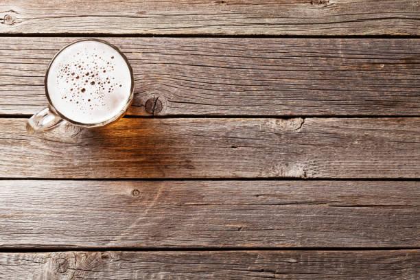 Beer mug on wooden table - foto stock