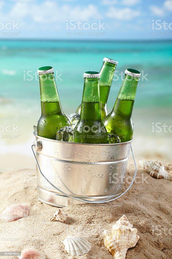 Cerveja na praia - foto de acervo