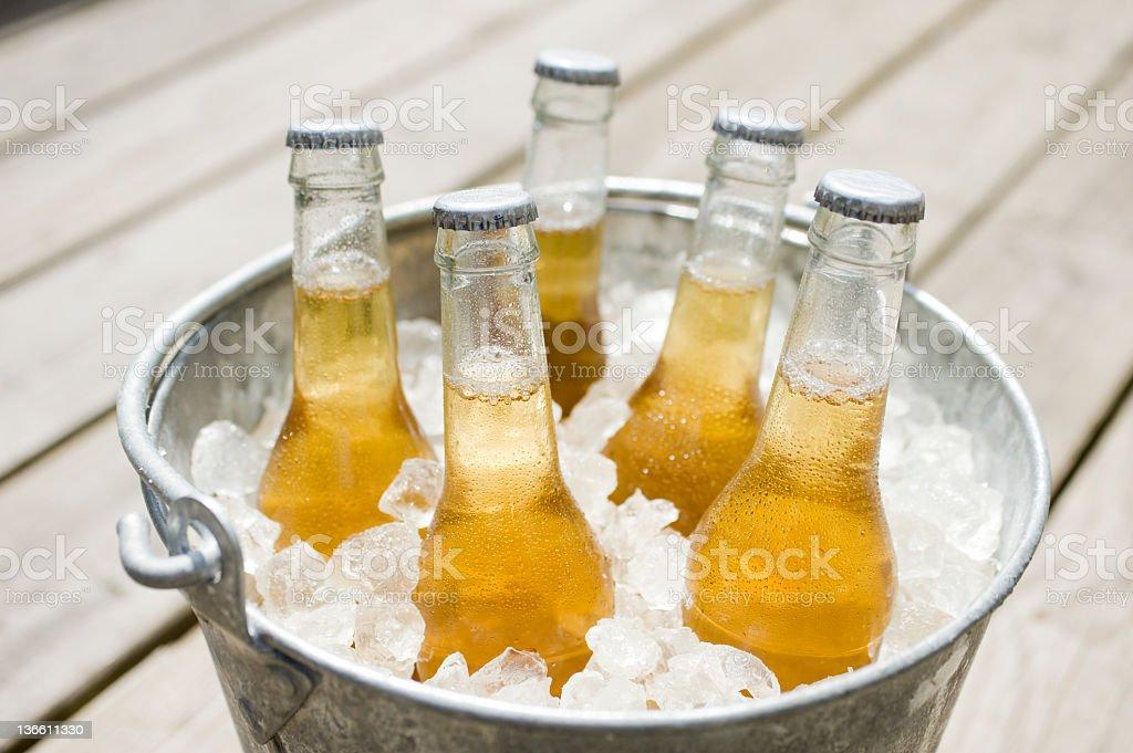 Cerveja na varanda - foto de acervo