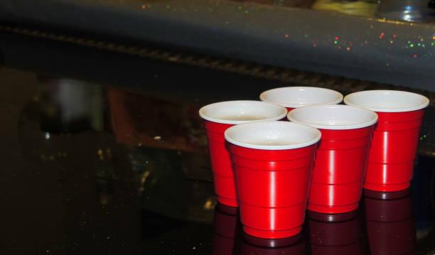 beer pong becher - lustige trinkspiele stock-fotos und bilder