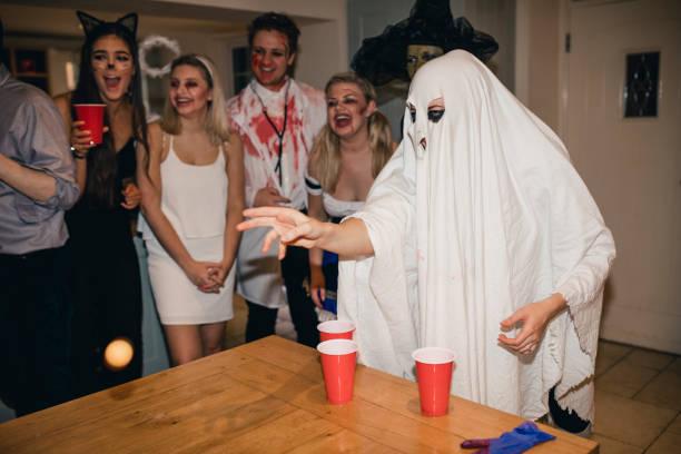 bier-pong-aufregung - lustige trinkspiele stock-fotos und bilder