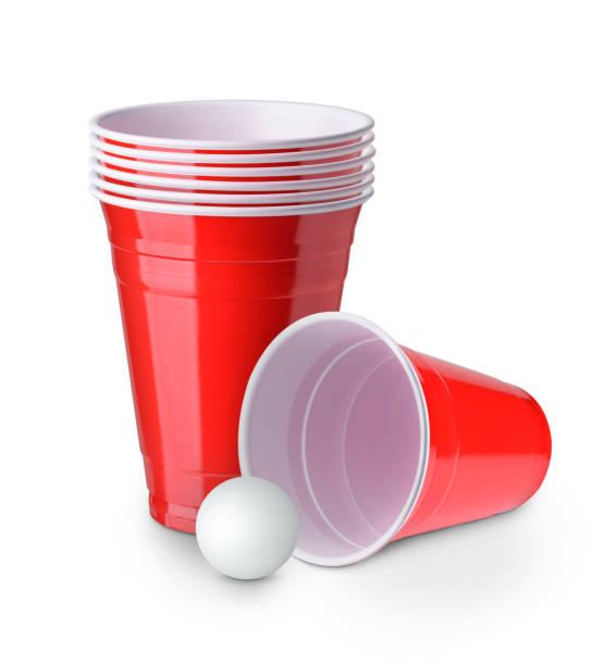 bier pong. rode plastic cups en ping pong bal geïsoleerd op witte achtergrond - beirut stockfoto's en -beelden