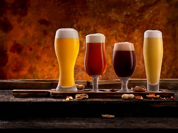 beer samplers - tablett holz stock-fotos und bilder