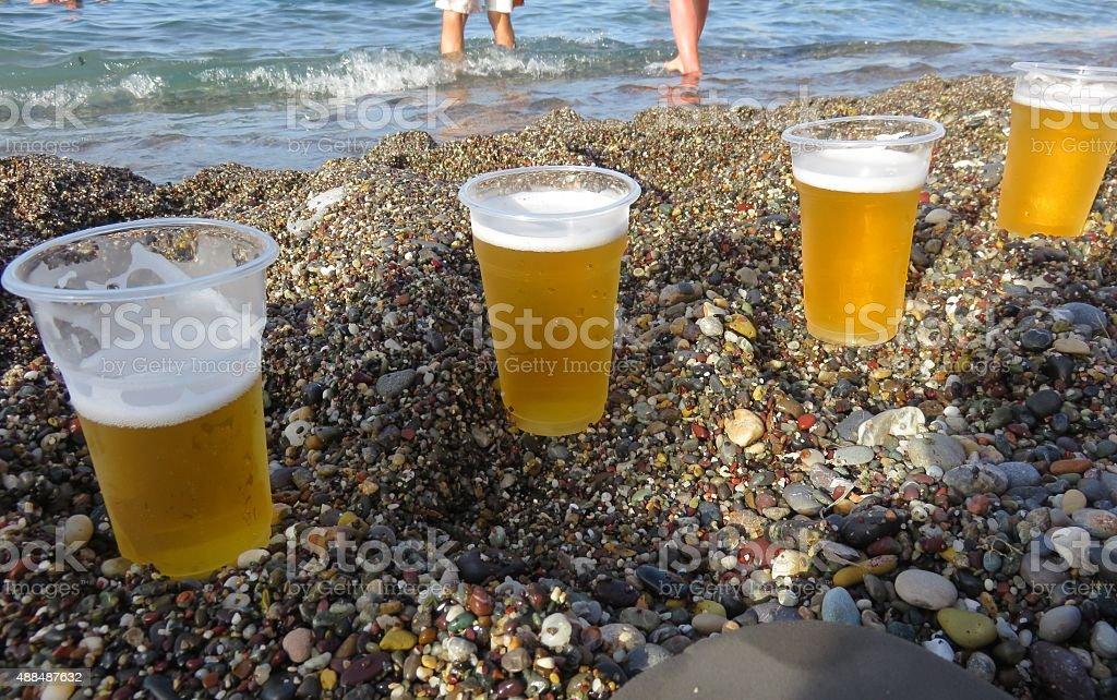 Birra, mare, persone - foto stock