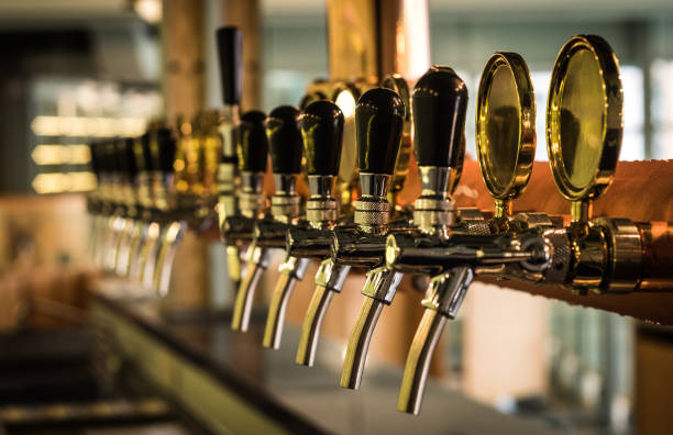 Beer tab on the bar. - foto stock