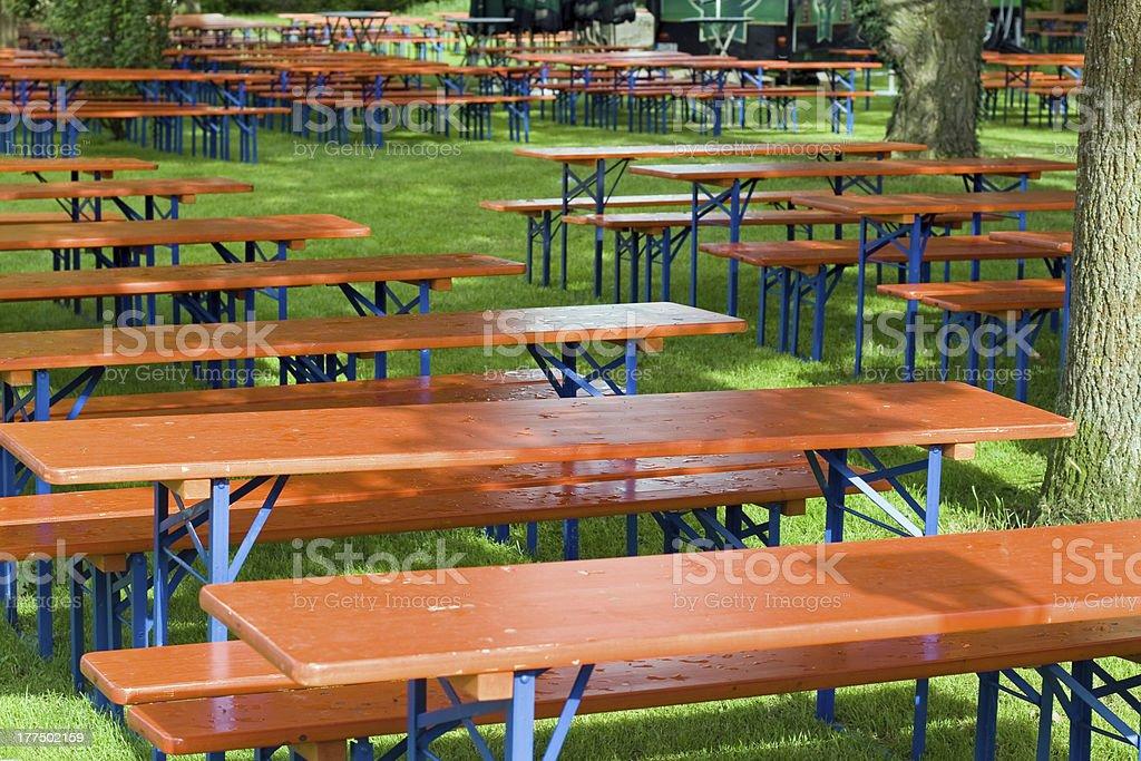 Bier Tischen und Bänken – Foto