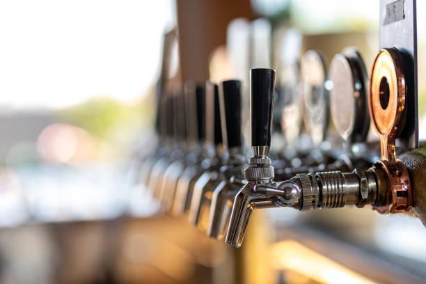 Ölkranar i baren på taket bildbanksfoto