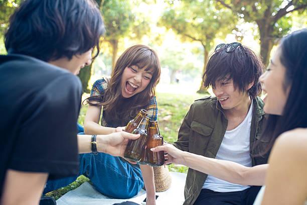 Cerveza con mejores amigos. - foto de stock