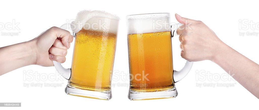 Cerveza con la mano haciendo tostadas - foto de stock