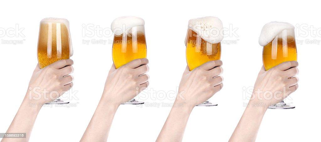 Cerveza con la mano que brinde por juego - foto de stock