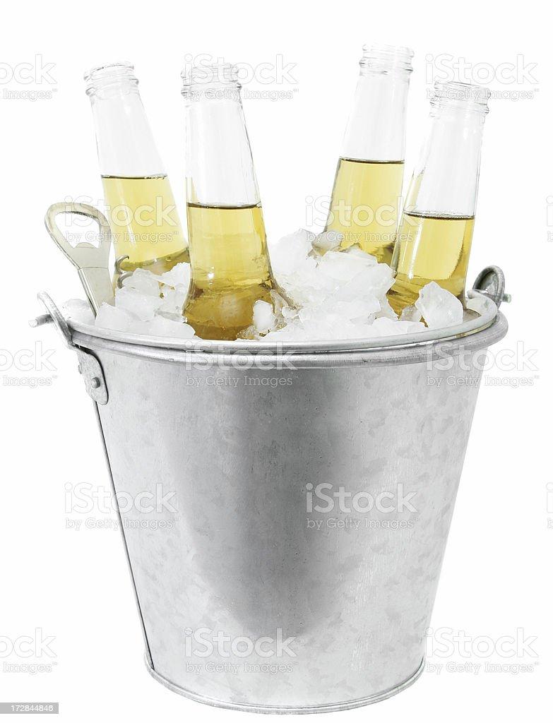 Cervejas em um balde de gelo - foto de acervo