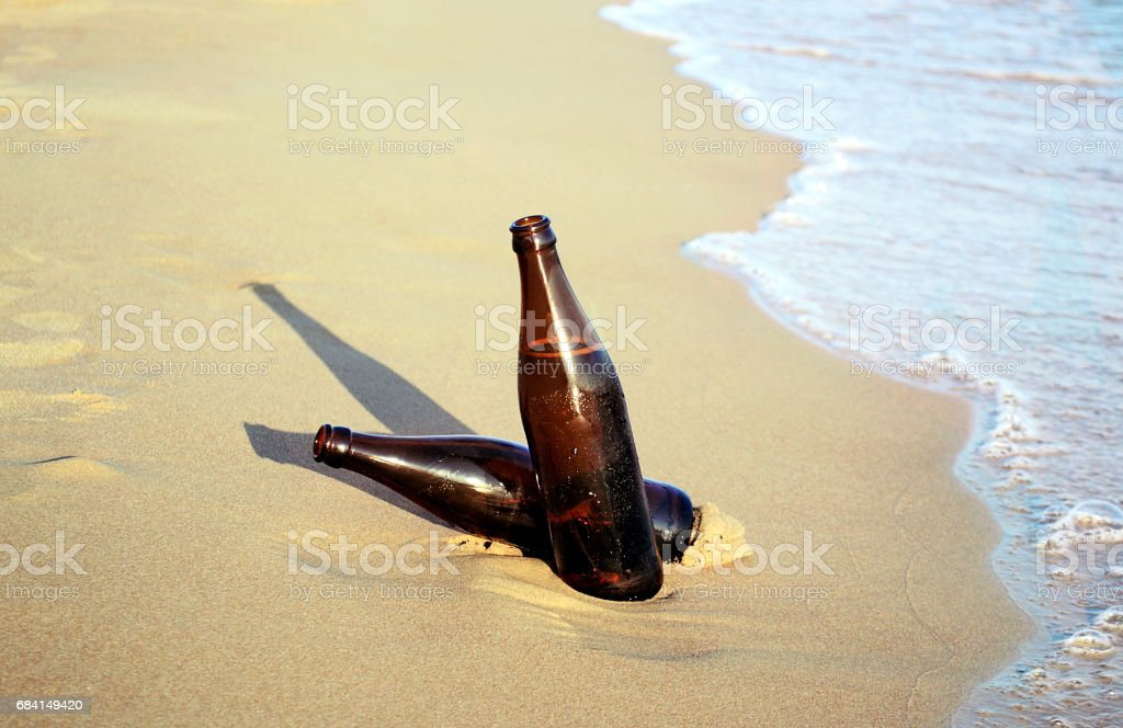 beers on the beach foto stock royalty-free
