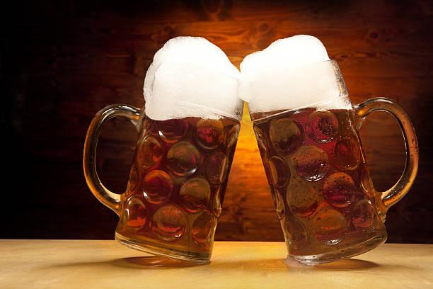Bier-Serie: Zwei Gläser Bier Clinking zusammen – Foto