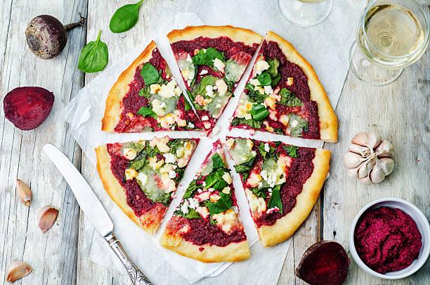 rote rübe hummus spinat und ziegenkäse-pizza - crostata stock-fotos und bilder