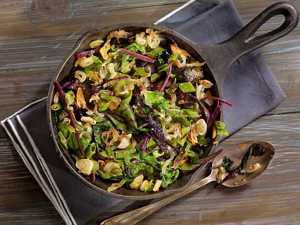 beet leaves sautéed with butter, garlic and onions - mangoldgemüse stock-fotos und bilder