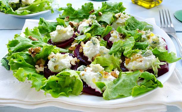 rote-beete-salat mit ziegenkäse, walnüsse, gemüse und kräuter - carpaccio salat stock-fotos und bilder