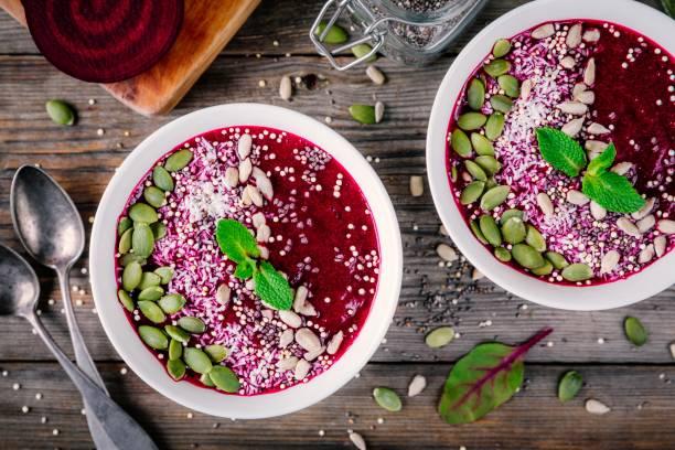rüben-smoothie-schüssel mit chia-samen, kokos, kürbiskerne, quinoa, sonnenblumenkerne und minze - quinoa superfood stock-fotos und bilder