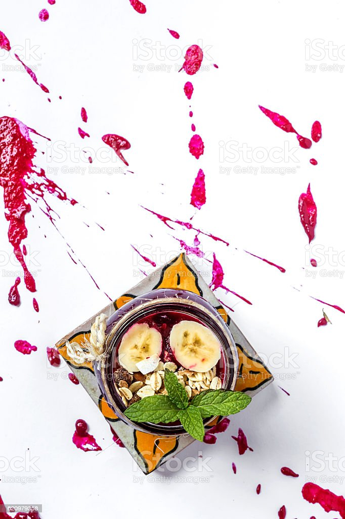 beet soup in a white bowl on wooden surface foto royalty-free
