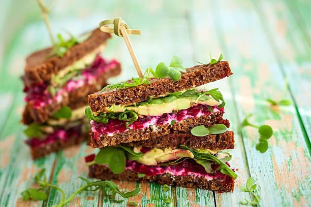 remolacha, aguacate y roqueta sándwich - pan multicereales fotografías e imágenes de stock