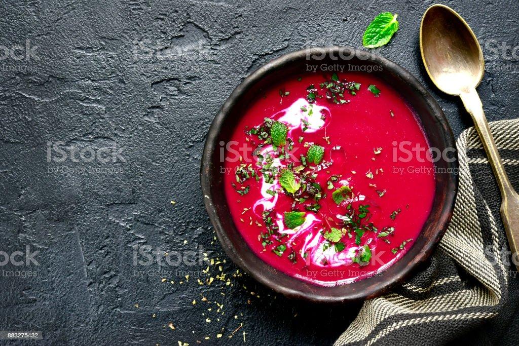 Rote Bete cremige Suppe in einen dunklen Ton-Schüssel – Foto