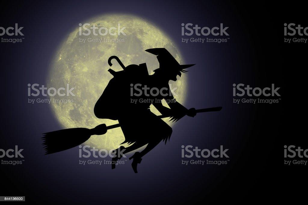 Befana di notte con luna'n - foto stock