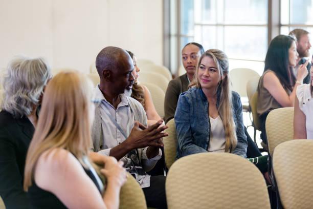 Bevor die Ausstellung beginnt, lernen sich die verschiedenen Teilnehmer kennen – Foto