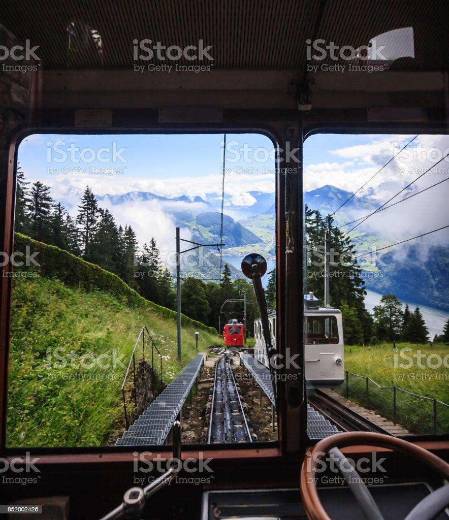 Beginnen Sie Ihre Reise und entdecken Sie die Schweiz mit berühmten traditionellen Lokomotive Schweizer Eisenbahn Zug, Wandern Sie durch schöne Schweizer Bergwelt in Richtung Spitze der majestätischen Berggipfel in der Schweiz, Europa. – Foto