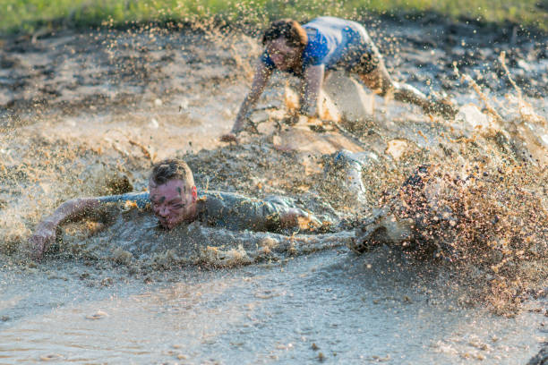 begin van een mud-run - obstacle run stockfoto's en -beelden