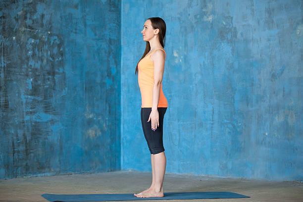 początku ćwiczenia jogi - poprawna postawa zdjęcia i obrazy z banku zdjęć