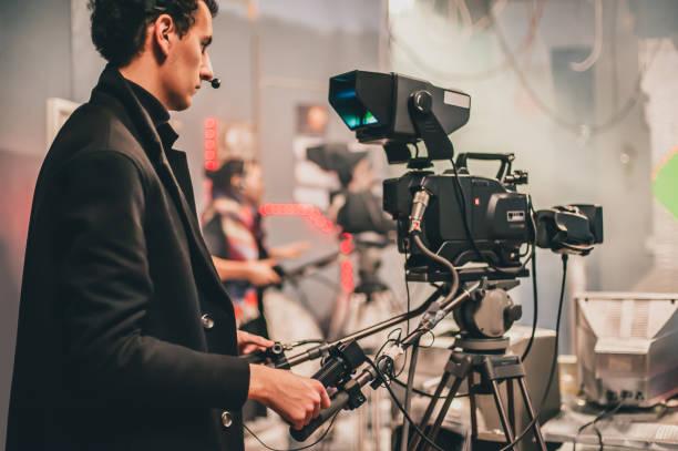 hinter der szene. mehrere kamera. kameramann shooting filmszene mit kamera - dokumentation stock-fotos und bilder