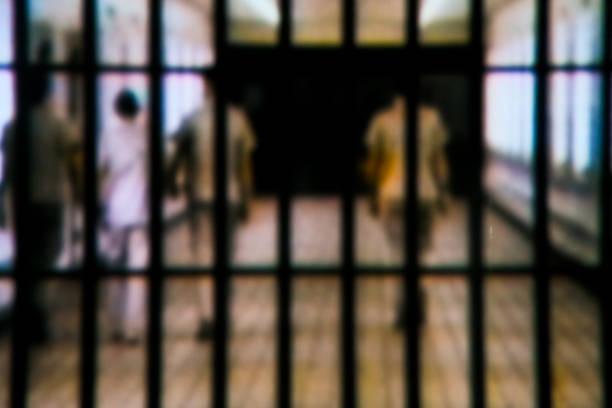 derrière les bars - prison photos et images de collection
