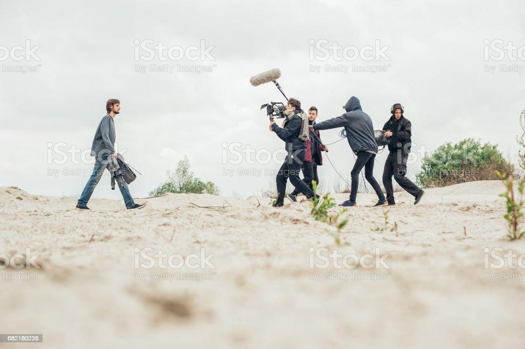 Hinter den Kulissen. Filmteam filmt Filmszene im freien - Lizenzfrei Arbeiten Stock-Foto