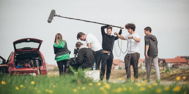 detrás de la escena. equipo de rodaje filmar la escena de la película al aire libre - set deportivo fotografías e imágenes de stock
