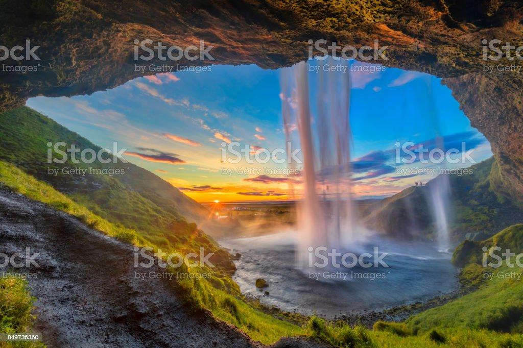 Hinter dem Wasserfall - Wasserfall Seljalandsfoss in Island – Foto