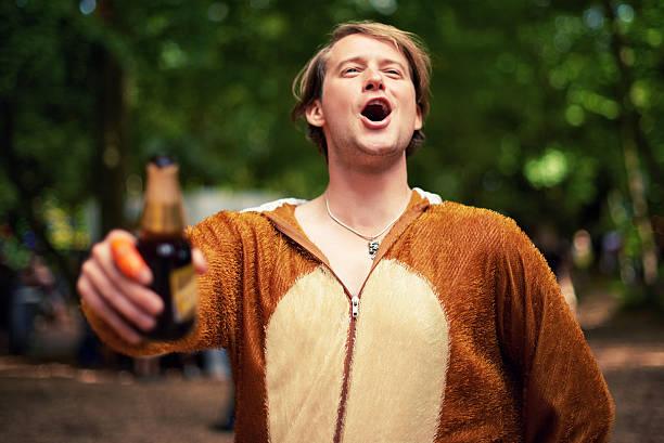 bewundern sie die partyhund - bier kostüm stock-fotos und bilder