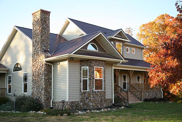 beige und stone house in den herbst - dachformen stock-fotos und bilder