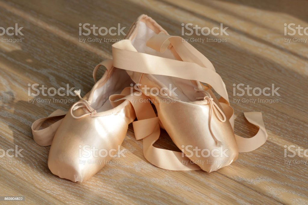 new product 8a84d 613ad Beige Ballerinas Mit Bändern Stockfoto und mehr Bilder von ...