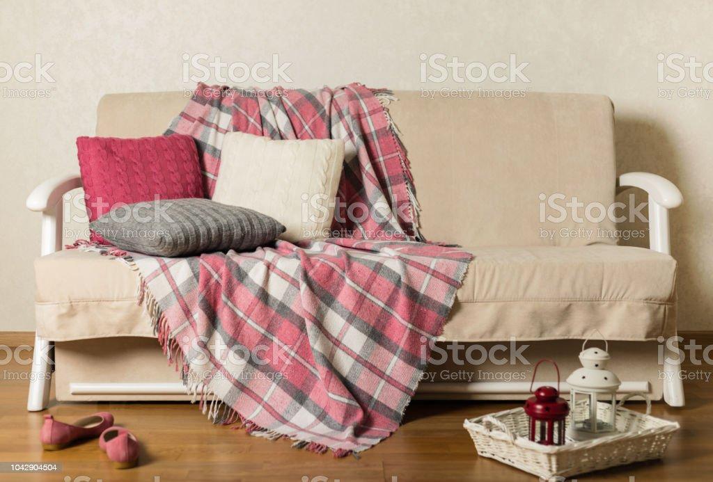 Foto De Sofa Bege Com Manta E Almofadas Coloridas Na Sala De Estar E Mais Fotos De Stock De Aconchegante Istock