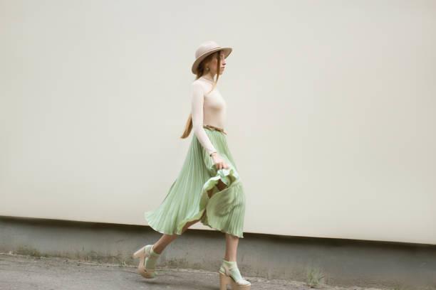 beige turquoise look on the red hair girl. - spódnica zdjęcia i obrazy z banku zdjęć