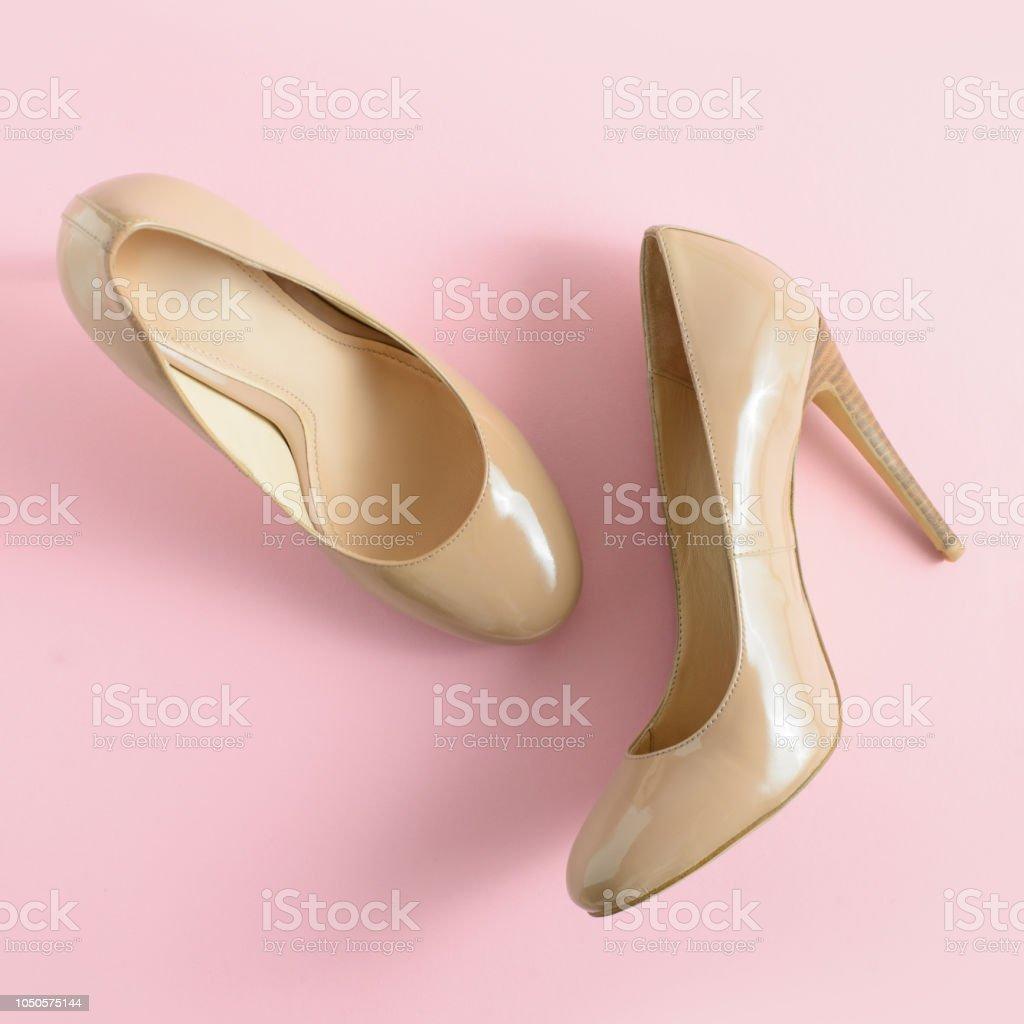38c2472935 Sapatos de salto alto bege mulheres no fundo rosa. Olhar de blog de moda.