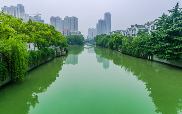 Pekín Hangzhou Grand Canal y ciudad moderna en China - foto de stock