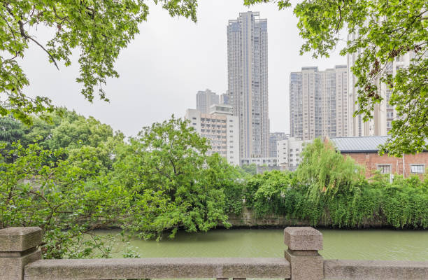 Canal de Hangzhou de Pekín y arquitectura urbana moderna - foto de stock