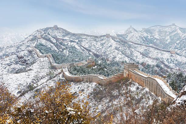 jinshanling schnee peking und die chinesische mauer - chinesische mauer stock-fotos und bilder
