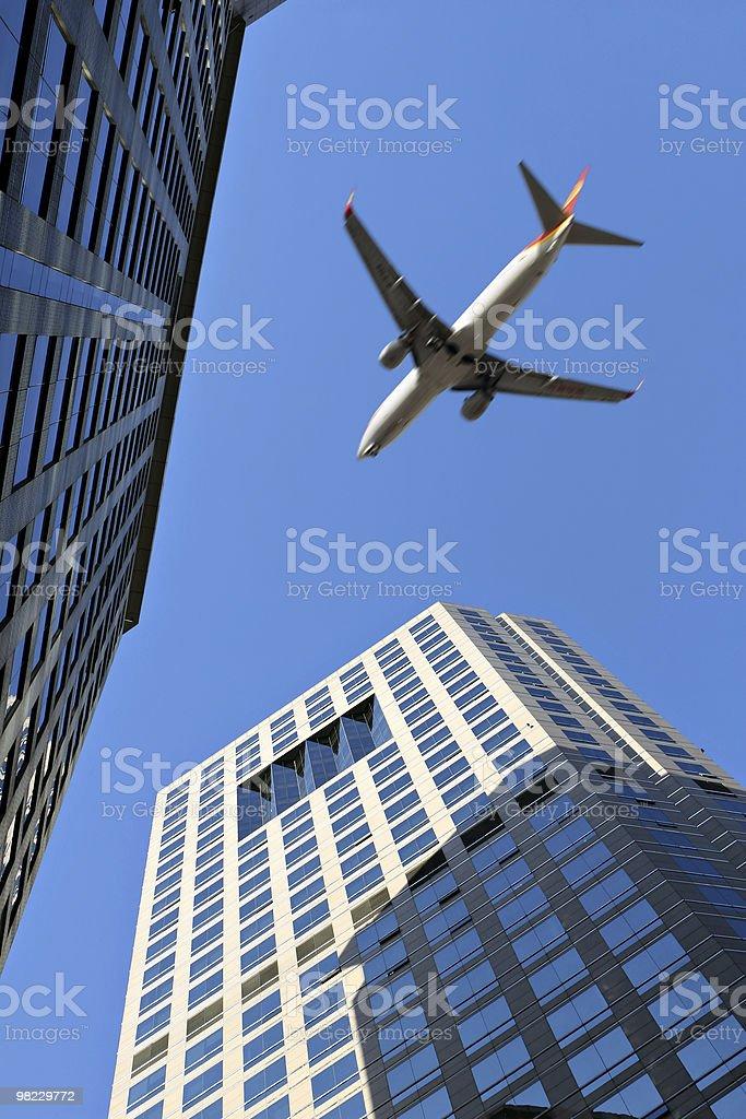 Pechino: Atterraggio aereo vola sopra gli edifici foto stock royalty-free
