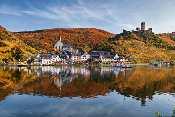 Beilstein-Resort-Stadt und Weinberge im Tal der Mosel Wein im Herbst – Foto