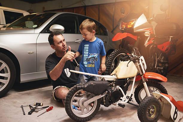 als vorbild zu seinem kleinen jungen - autos und motorräder stock-fotos und bilder